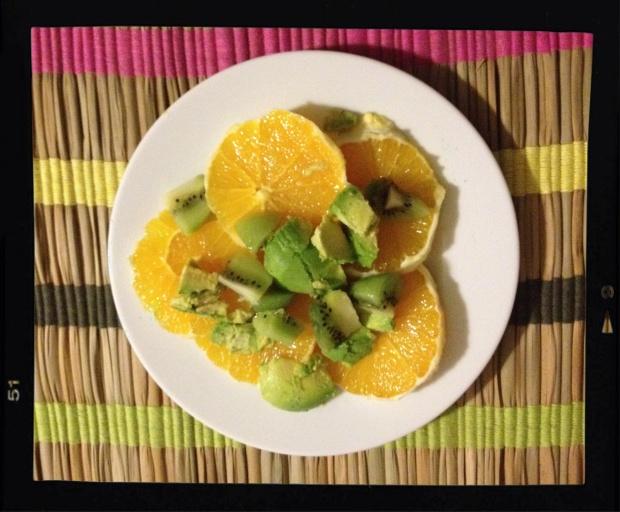 ensalada de naranja kiwi y aguacate